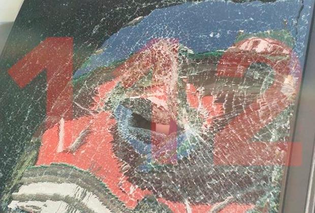 Окна машины ФСО, разбитые солдатом-срочником