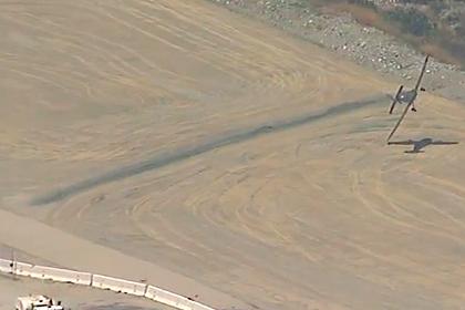 Крушение зацепившегося крылом о землю самолета сняли на видео