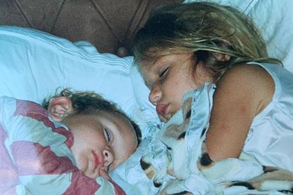 Опубликовано новое детское фото самой красивой женщины в мире с братом