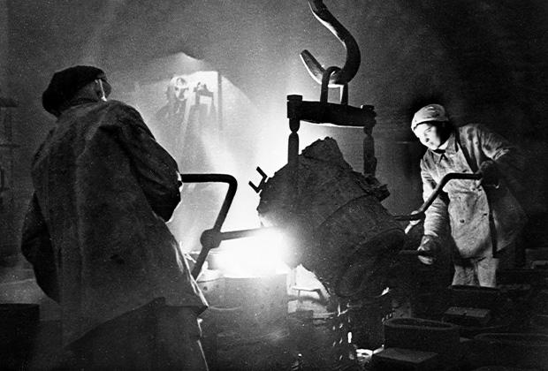 Рабочие заливают формы на одном из заводов Ленинграда во время Великой Отечественной войны