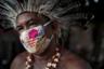 70-летний Педро дос Сантос — лидер общины под красивым названием «Парк сообщества коренных народов» (Park of Indigenous Nations community). Она расположена в столице и крупнейшем городе штата Амазонас, Манаусе. По факту это трущобы, в которых 300 семей из 13 племен живут в недостроенных домах. Дети здесь играют на улицах рядом с открытой канализацией, а воду подают лишь три раза в неделю. <br></br> Дос Сантос вместе с семьей перебрался поближе к Манаусу более 10 лет назад из-за жены: у нее хронические проблемы с желудком. Мужчина надеялся, что так она будет ближе к врачам и сможет вовремя получать помощь. Однако на практике оказалось, что система здравоохранения погрязла в бюрократии, и требуется несколько месяцев, чтобы просто записаться к специалисту. Во время пандемии коронавируса лучше помощь оказывать не стали.