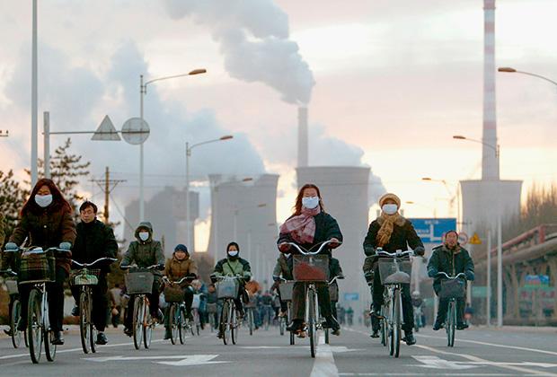 Рабочие металлургической фабрики города Баотоу едут домой
