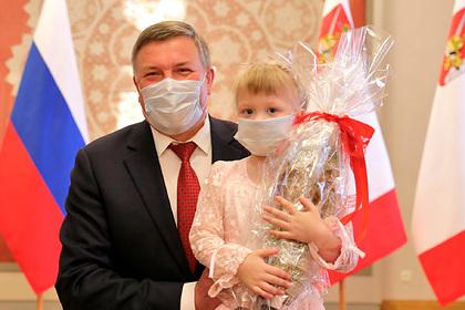 Пятилетняя россиянка спасла младшего брата из горящего дома