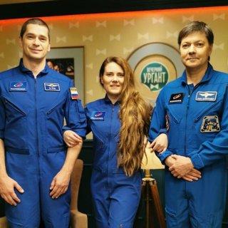 Анна Кикина (в центре)