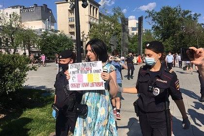 В Москве задержали сторонников обвиненной за рисунки с вагинами художницы
