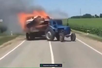 Россиянин на пылающем тракторе пытался потушить прицеп и спалил пшеничное поле