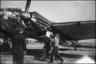 Обслуживание среднего бомбардировщика Хенкель He-111 H-3 c бортовым номером 1H+KA. Аэродром Тронхейм Варнес, Норвегия, 1940 год.