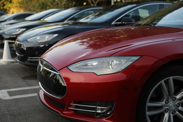 Мужчина случайно купил сразу 28 автомобилей Tesla и запаниковал