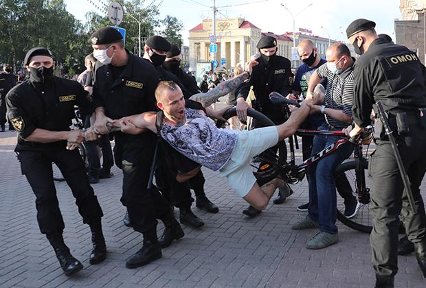 Задержание участника митинга против ареста Виктора Бабарико