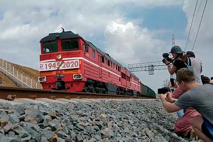 Поездка первого грузового поезда по Крымскому мосту попала на видео