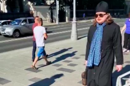 Хваставшийся дорогими вещами в сети батюшка показал обновки в центре Москвы