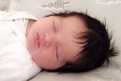 Аномально густые волосы новорожденного ребенка удивили персонал роддома