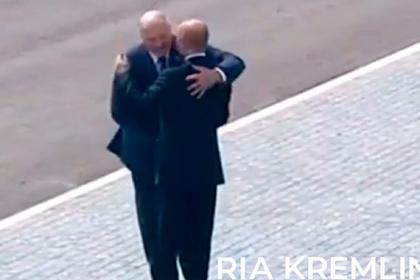 Объятия Путина и Лукашенко попали на видео