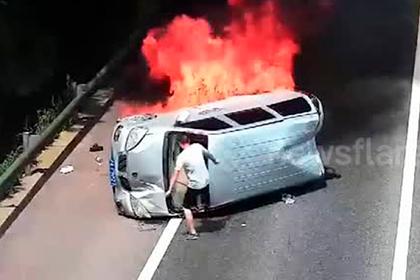 Незнакомец спас людей из пылающего микроавтобуса