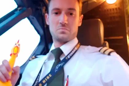 Пилотов раскритиковали за видео с игрушкой в кабине самолета
