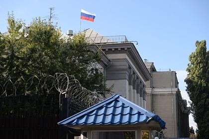 Возле посольства в Киеве сожгли российский флаг
