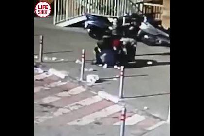 Инцидент с выброшенным из окна и разбившим голову девочке мусором попал на видео