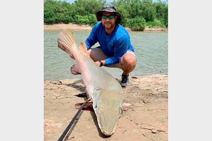Рыбак поймал 90-килограммовую аллигаторовую щуку вопреки сломанной удочке