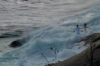 Огромная волна унесла молодоженов в океан