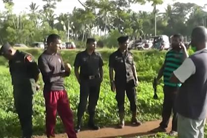 Крокодил утащил уронившего мобильный телефон в воду полицейского