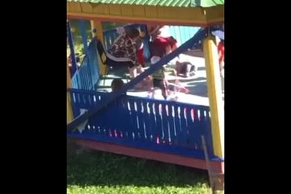 Российская воспитательница выкинула ребенка из коляски и попала на видео