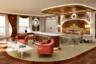 В интерьерах Streets of Monaco очень легко заблудиться — помимо трехуровневых необъятных апартаментов владельца с офисом, гардеробной и террасой с джакузи, яхта располагает восемью люксовыми апартаментами для гостей. Отдельная зона предназначена для 70 членов экипажа. <br></br> Вдобавок на борту имеются тренажерные залы, сауны, три бассейна, мини-подводная лодка, теннисные корты, которые при необходимости трансформируются в вертолетную площадку, а также небольшой водопад и ресторан с потрясающим видом на подводный мир.