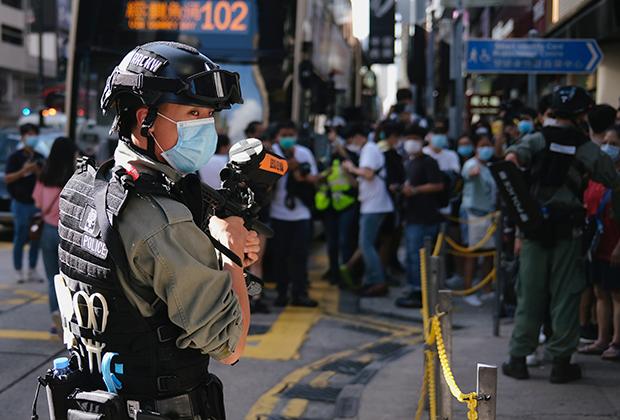 Полицейский на акции против «Закона о нацбезопасности» в Гонконге