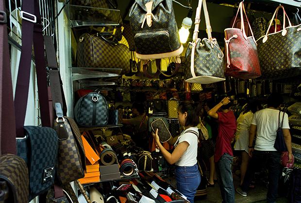 Рынок Чатучак, который работает только по субботам и воскресеньям, является одним из крупнейших рынков выходного дня в мире: для покупателей открыты 15 тысяч киосков. Еженедельно его посещают более 200 тысяч человек