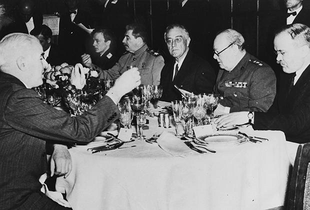 Иосиф Сталин, Франклин Рузвельт и Уинстон Черчилль на заключительном ужине после конференции в Ялте, 11 февраля 1945 года