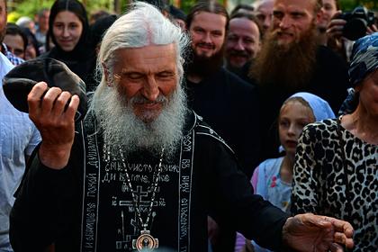 Лишенный сана опальный священник отказался покидать захваченный монастырь
