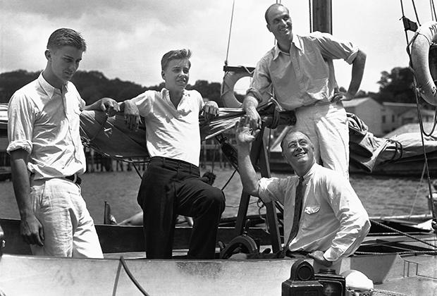 Рузвельт с сыновьями на 37-футовой яхте Myth II, 1932 год