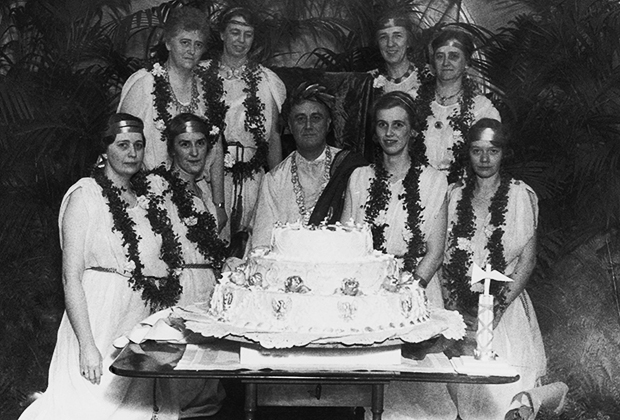 Франклин Рузвельт празднует свой 52-й день рождения в компании семьи и друзей, 30 января 1934 года
