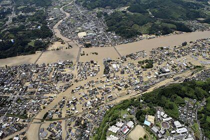 Заблокированные мощными ливнями японцы попросили помощи в соцсети