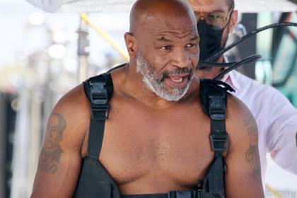 54-летний Тайсон оголил торс на пляже и поразил фанатов