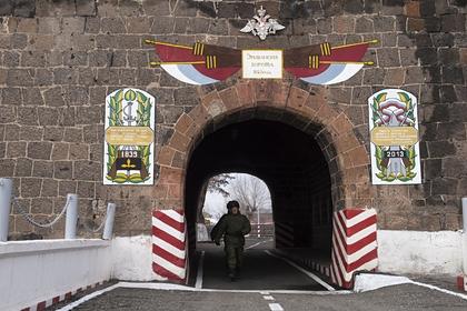 Военнослужащие на территории 102-й российской военной базы Южного военного округа в Гюмри. Архивное фото.