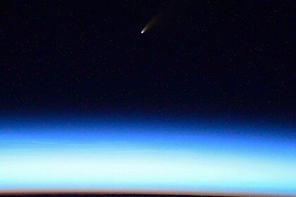 Российский космонавт сделал фото ярчайшей за семь лет кометы