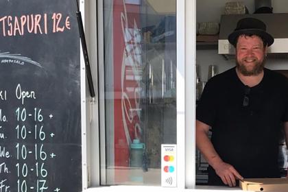 Известный актер остался без работы и стал продавать хачапури