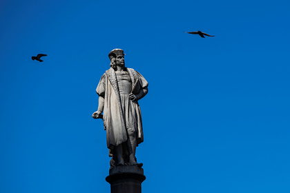 Протестующие в США снесли памятник Колумбу