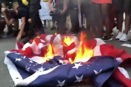 Протестующие у Белого Дома сожгли флаг США после речи Трампа