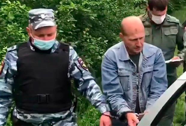 Андрей Ежов (в центре) на следственном эксперименте