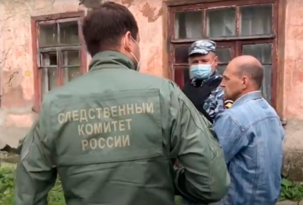 Андрей Ежов (справа) на следственном эксперименте