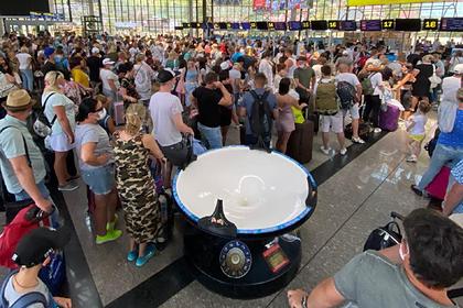 Столпотворение туристов без масок и перчаток в аэропорту Сочи сняли на камеру