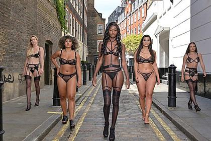 Женщины устроили дефиле в нижнем белье на улице после карантина