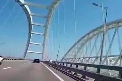 Мчащийся на самокате по Крымскому мосту мужчина в белом попал на видео
