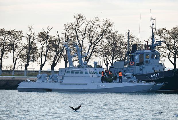 Катер «Никополь» (слева) и рейдовый буксир «Яны Капу» ВМС Украины, задержанные пограничной службой России за нарушение государственной границы, в порту Керчи