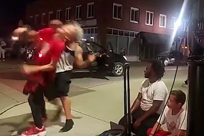 Темнокожий мужчина неожиданно атаковал 12-летнего уличного танцора и скрылся