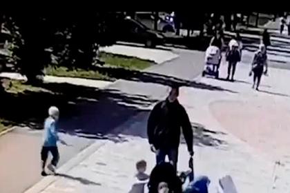 Россиянин из ненависти пинал женщин ногами в парке и попал на видео