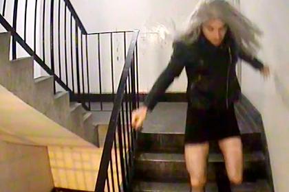 Девушка с серебряными волосами и в черном платье оказалась маньяком-насильником