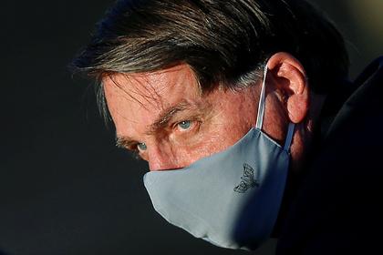 Снявшего маску на встрече с журналистами президента Бразилии решили засудить