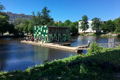 Дом на воде выставили на продажу в российском городе